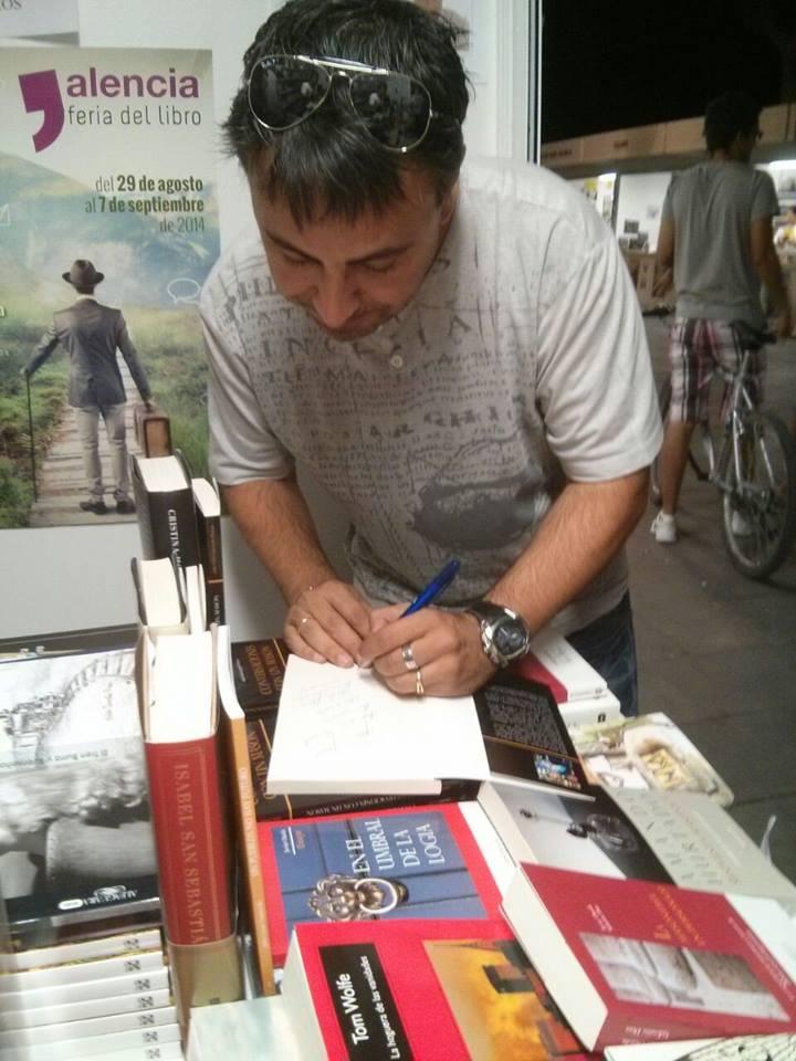 julio firma libros